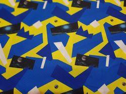 Синие геометрии на желтом