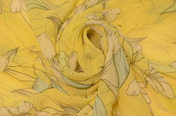 шифон набивной Лилии на желтом фоне